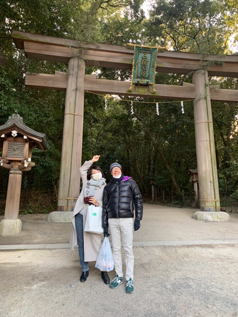 大神神社の二の鳥居前で私と嫁