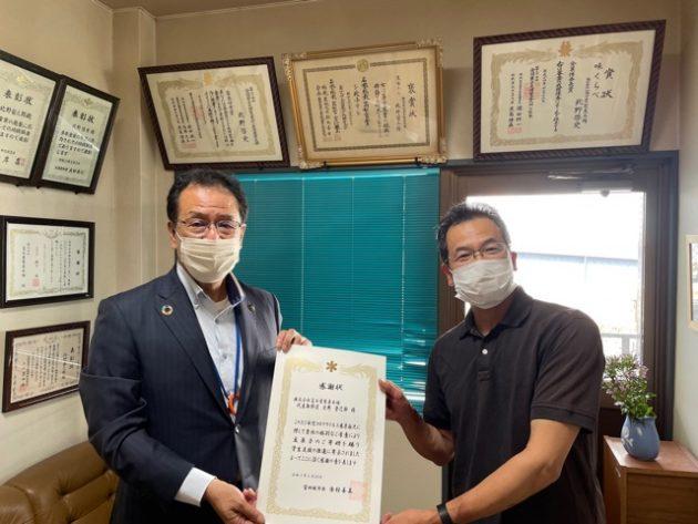 吉村善美市長から感謝状を授与する社長北野登己郎